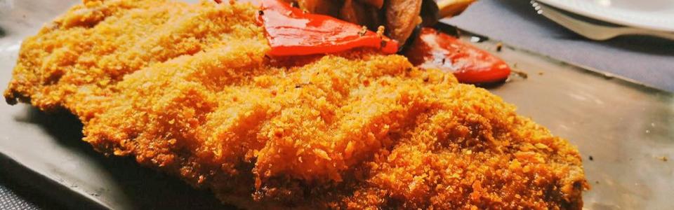 Cachopo de ternera relleno de cebolla caramelizada y queso de cabra